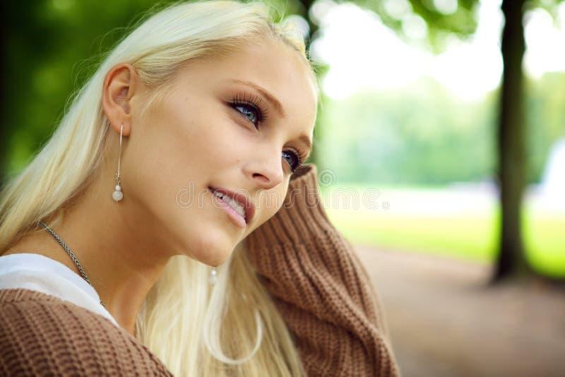 Belle blonde dans la prévision pensive images stock
