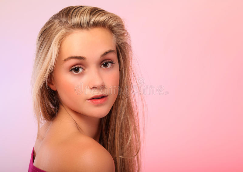 Belle blonde de l'adolescence dans le studio photographie stock