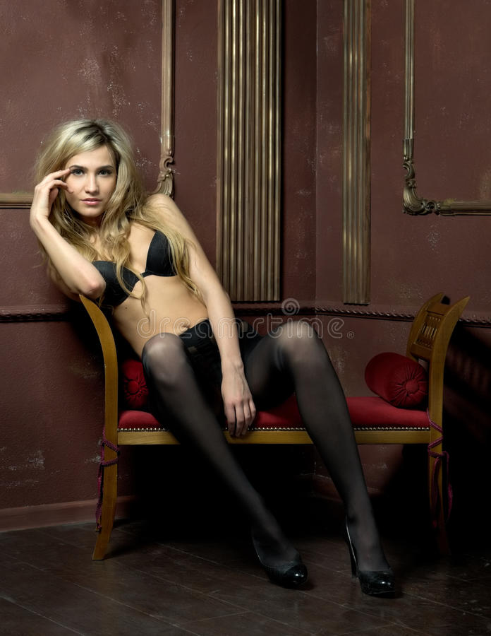Belle blonde nue dans l'intérieur photo stock