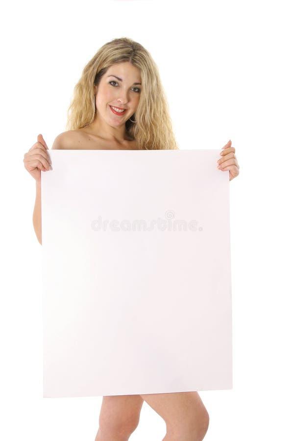 Belle blonde nue retenant un signe blanc images stock