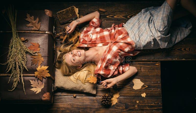 Belle blonde sensuelle Jeune femme heureuse ayant l'amusement avec la chute de feuille Étonnez la femme jouant avec des feuilles  images stock