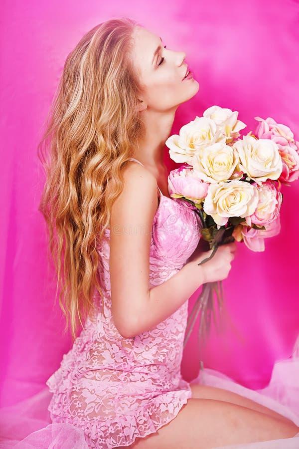 Belle blonde sexy dans le studio photos libres de droits