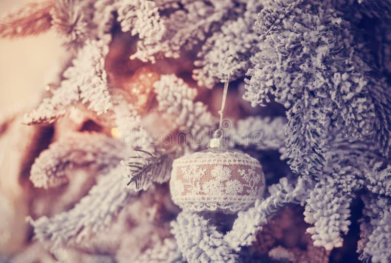 Belle boule en verre sur l'arbre de Noël image stock