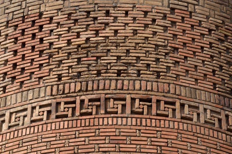 Belle brique du minaret médiéval d'Uzgen - ville antique dans la région d'Osh, Kirghizistan, l'Asie centrale, héritage de l'UNESC photographie stock