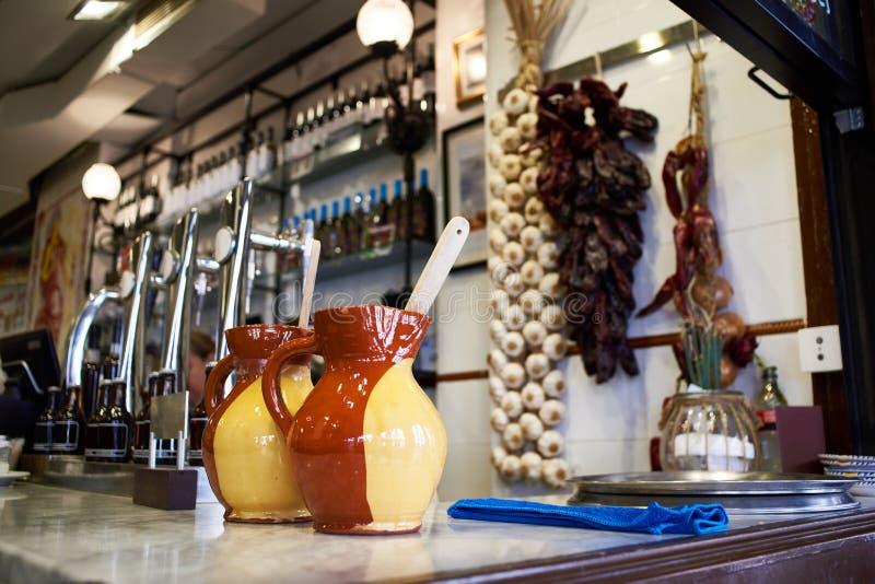Belle brocche dell'argilla nel ristorante della birra immagine stock