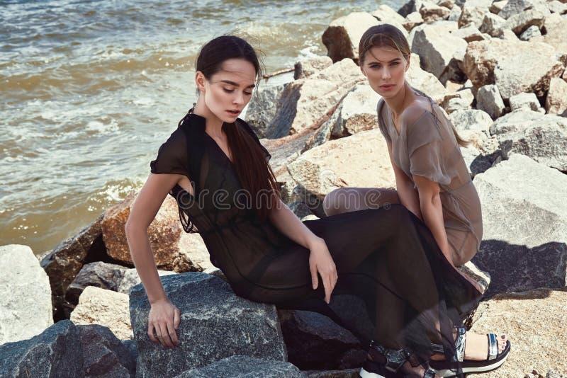 Download Belle Brune De Mannequin De La Femme Deux Et Blond Sexy Photo stock - Image du renivellement, horizontal: 76083190