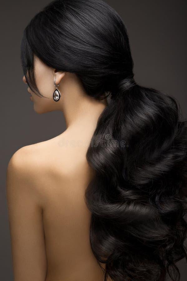 Belle brune modèle avec de longs cheveux courbés photos libres de droits