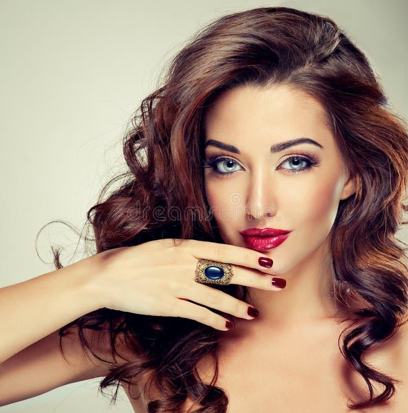 Belle brune modèle avec de longs cheveux courbés images libres de droits