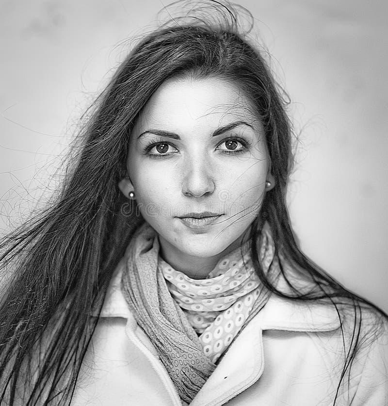 Belle brune regardant directement cheveux de flottement de vent, photographie noire et blanche images libres de droits