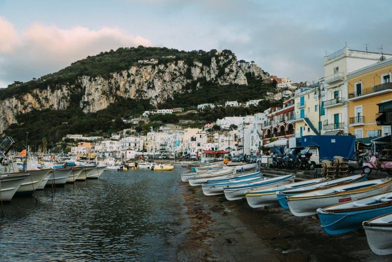 Belle côte - Amalfi, vue de village d'Atrani photo libre de droits