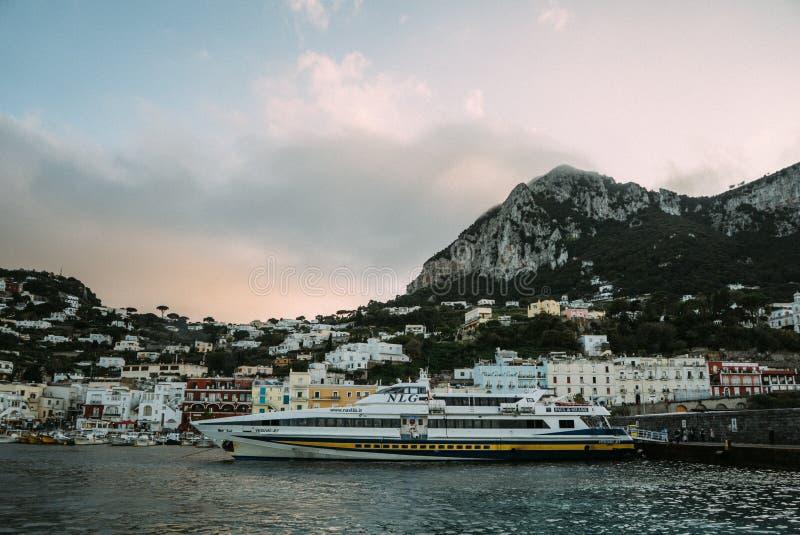 Belle côte - Amalfi, vue de village d'Atrani image libre de droits