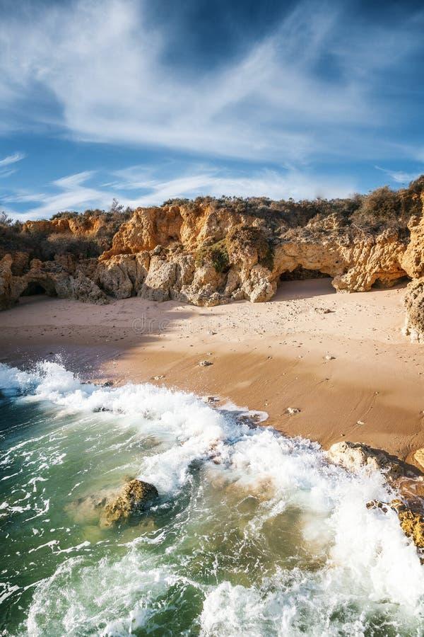Belle côte de l'océan, Algarve, Portugal Aga de coupure de vagues photos libres de droits