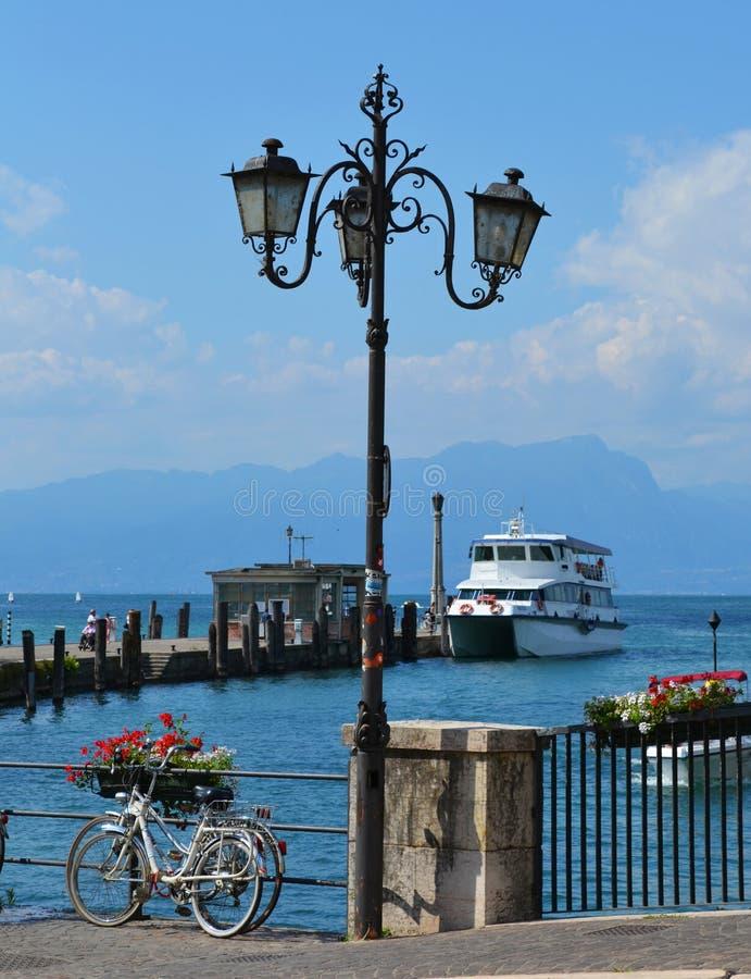 Belle côte du lac de Garde Italie images libres de droits