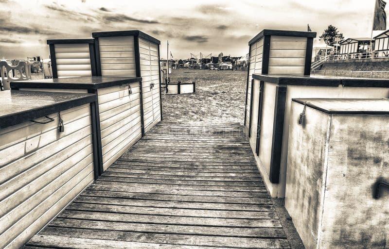 Belle cabine di legno colourful sulla spiaggia fotografie stock libere da diritti