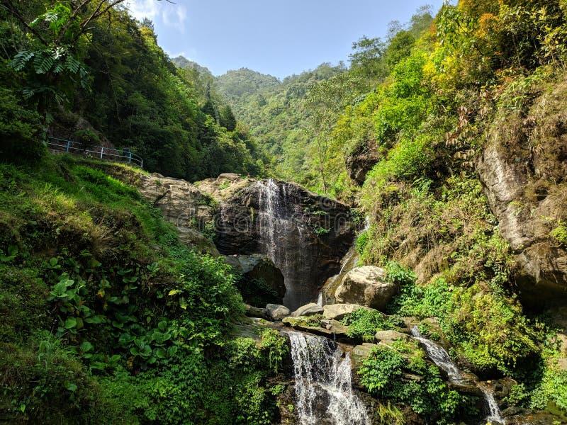 Belle cadute dell'acqua nel giardino di rocce fotografie stock libere da diritti
