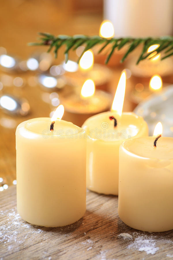 Belle candele dorate Umore di notte di Natale fotografia stock