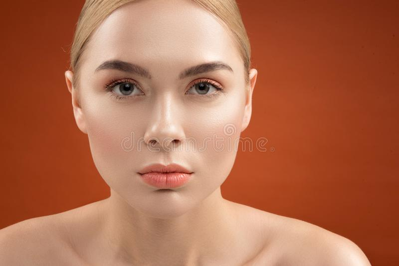 Belle caratteristiche femminili con trucco quotidiano immagini stock libere da diritti