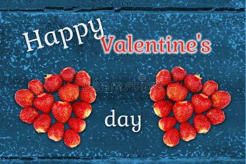 Belle carte de voeux avec le jour de valentines - les coeurs ont fait à partir des fraises sur le fond de la texture en bois grun photographie stock libre de droits