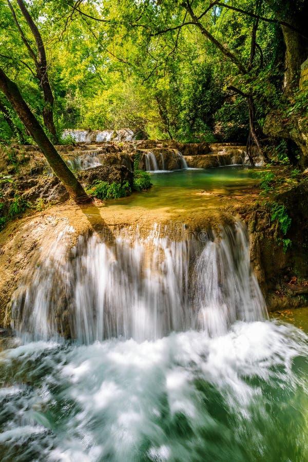 Download Belle Cascade à écriture Ligne Par Ligne Dans La Forêt Photo stock - Image du roche, nature: 56486100