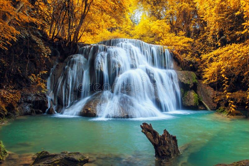 Belle cascade à écriture ligne par ligne en automne image stock