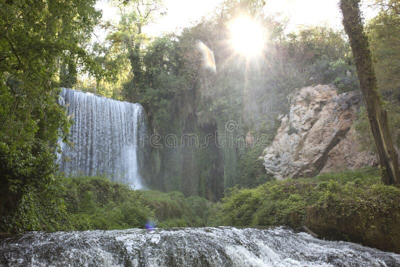 Belle cascade à Saragosse, monastère en pierre photos stock