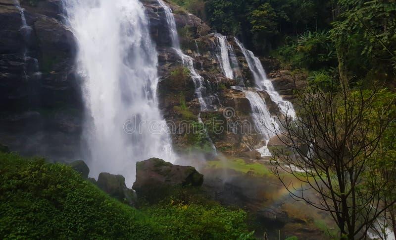 Belle cascade avec l'arc-en-ciel, fond naturel de lanscape photo stock