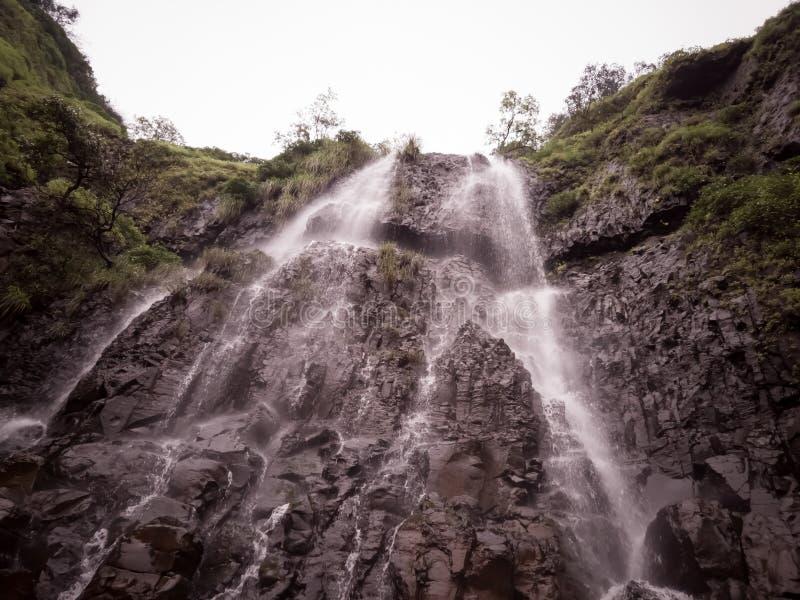 Belle cascade ? ?criture ligne par ligne photo libre de droits