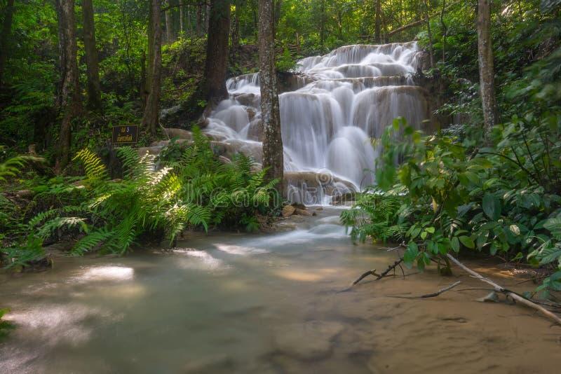Belle cascade d'unité centrale Kang en Chiang Rai, Thaïlande photos stock