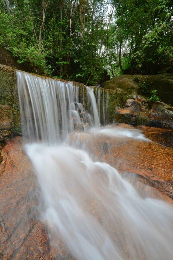 Belle cascade dans la forêt tropicale photos stock
