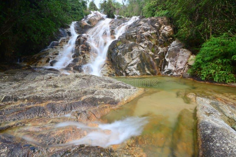 Belle cascade dans la forêt tropicale photo stock