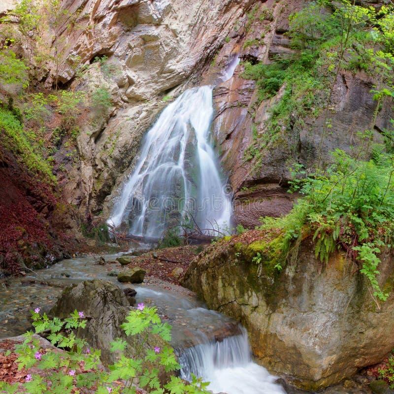Belle cascade dans les alpes autrichiennes près d'Innsbruck image libre de droits