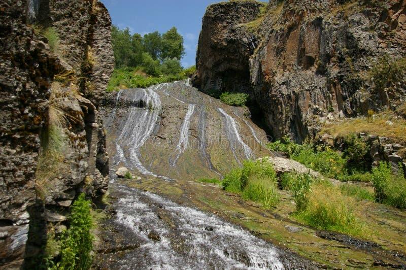 Belle cascade dans un endroit pittoresque de la station de vacances de Jermuk en Arménie images libres de droits