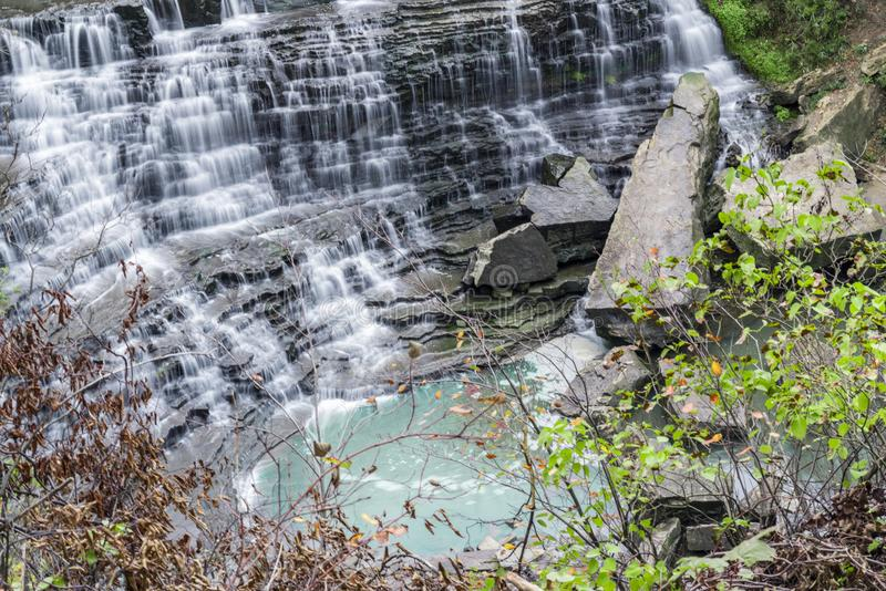 Belle cascade de cascade circulant sur les roches à gradins dans le swi image libre de droits