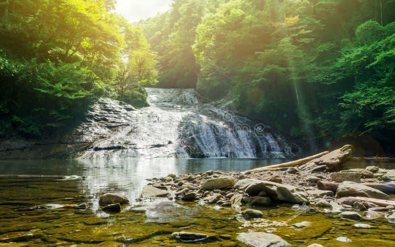 Belle cascade de vallée de keikoku de yoro sous le soleil de matin en préfecture de Chiba, Japon photo stock