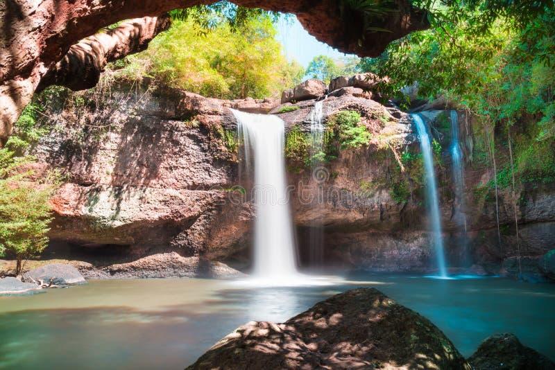 Belle cascate stupefacenti in foresta profonda alla cascata di Haew Suwat nel parco nazionale di Khao Yai immagini stock