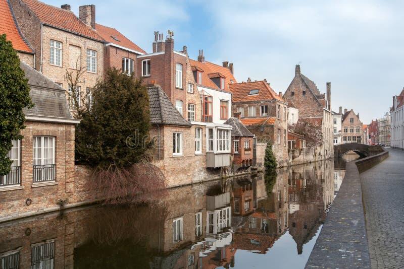 Belle case lungo i canali di Bruges, Belgio Destinazione di turismo in Europa fotografia stock