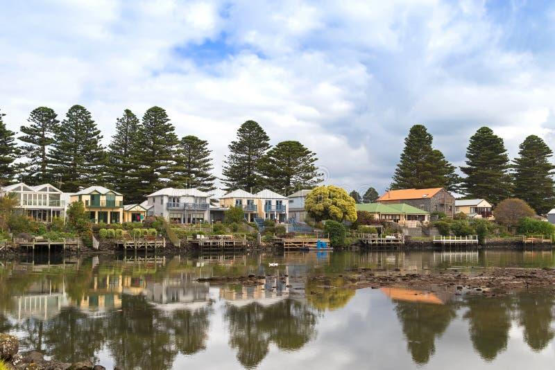 Belle case moderne lungo il fiume di moyne al fatato del for Belle case moderne