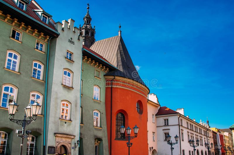 Belle case sul piccolo quadrato del mercato di Cracovia fotografia stock libera da diritti