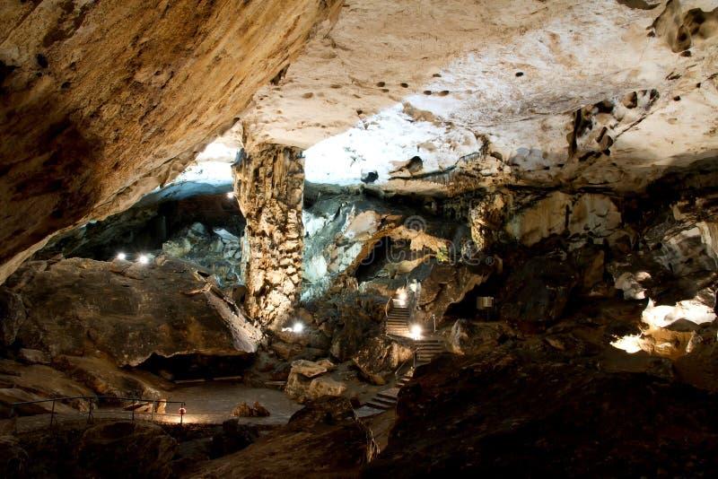 Download Belle Caverne Avec Beaucoup De Stalagmites Et Photo stock - Image du archéologie, fléau: 45354352