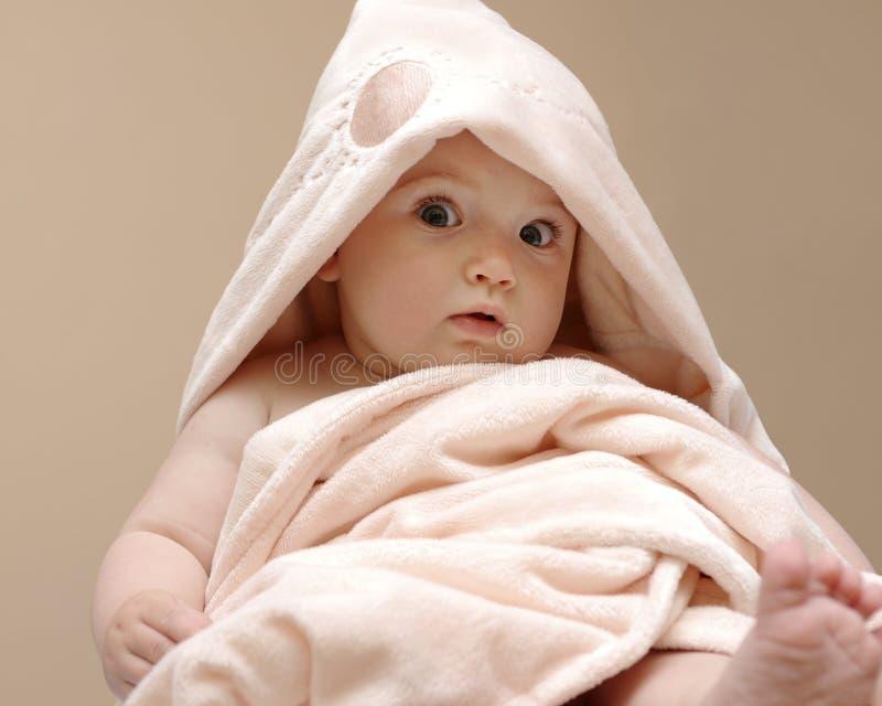 Belle chéri dans une couverture rose image stock