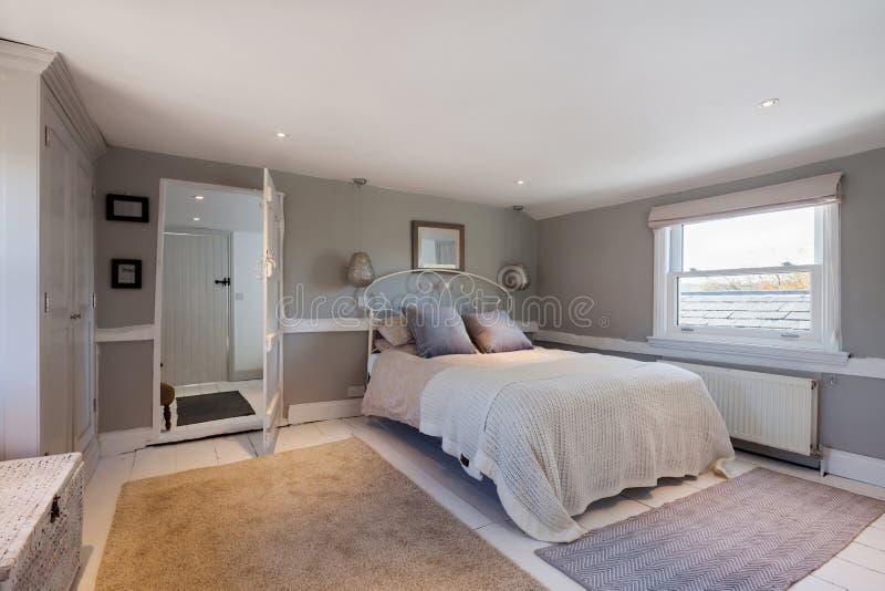 Belle chambre à coucher contemporaine avec un regard traditionnel photographie stock
