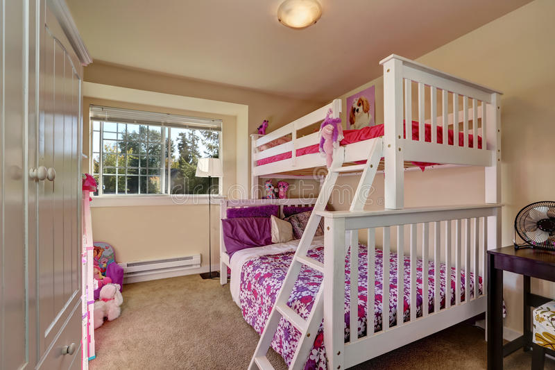 Belle chambre coucher de filles avec le lit superpos et for Moquette chambre fille