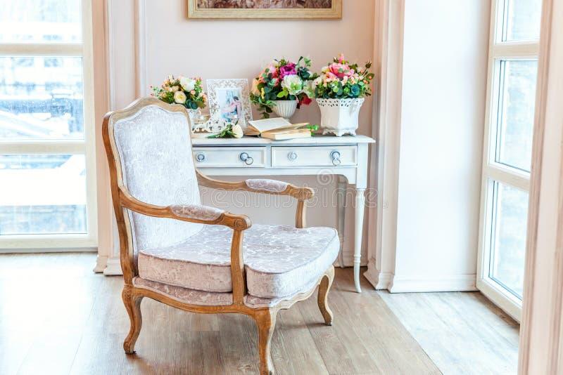 Belle chambre à coucher intérieure propre lumineuse blanche dans le style baroque luxueux images stock