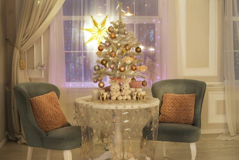 Belle chambre avec cheminée, sapin de Noël et guirlande image libre de droits