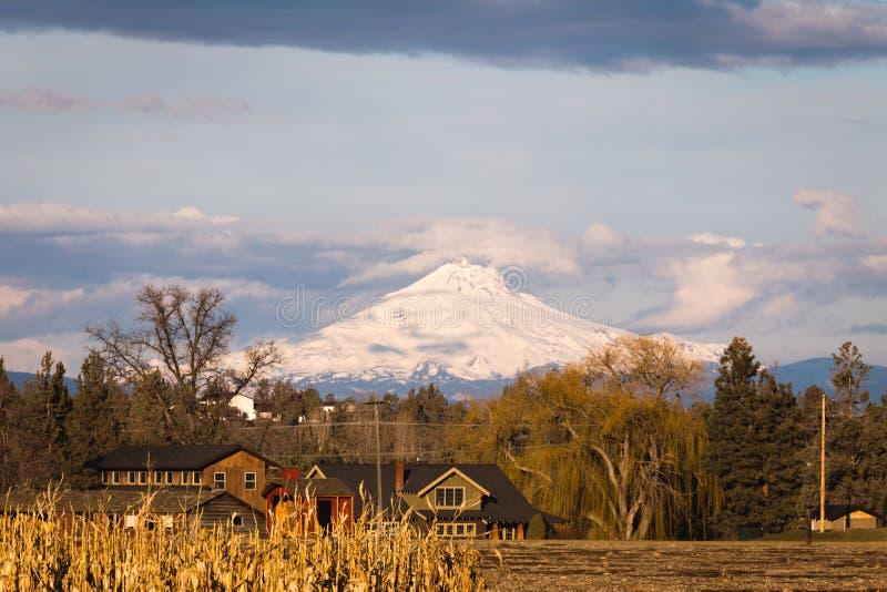 Belle Chambre avec Mountain View dramatique images stock