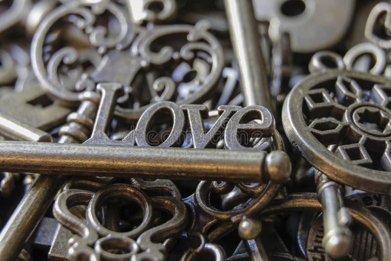 Belle chiavi antiche con la fine di amore di parola su fotografie stock