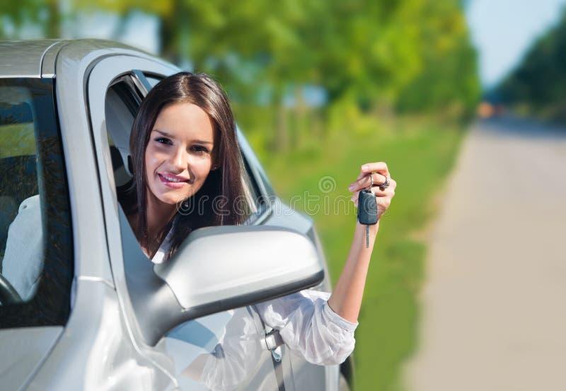 Belle chiavi dell'automobile della tenuta della donna immagine stock libera da diritti