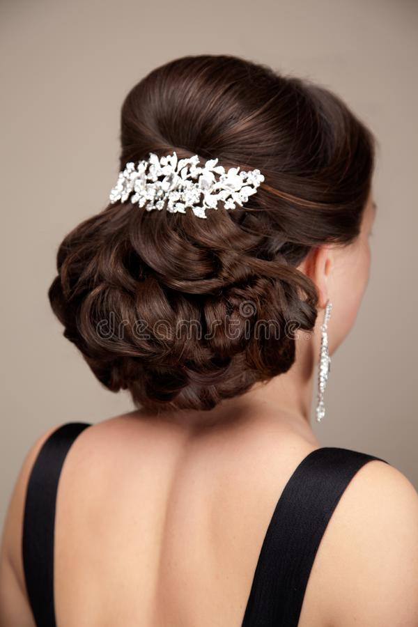 Belle coiffure sur la position d'une chevelure de femme de brune images stock