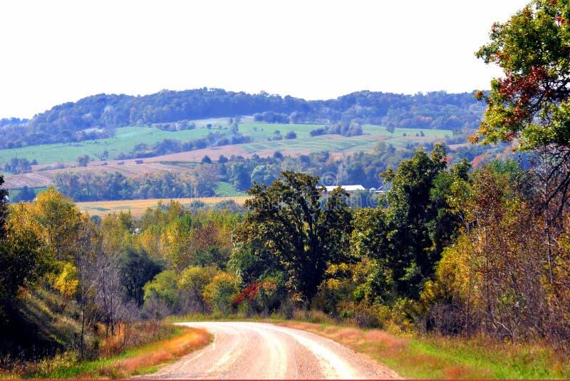 Belle collina di rotolamento e terra dell'azienda agricola fotografia stock