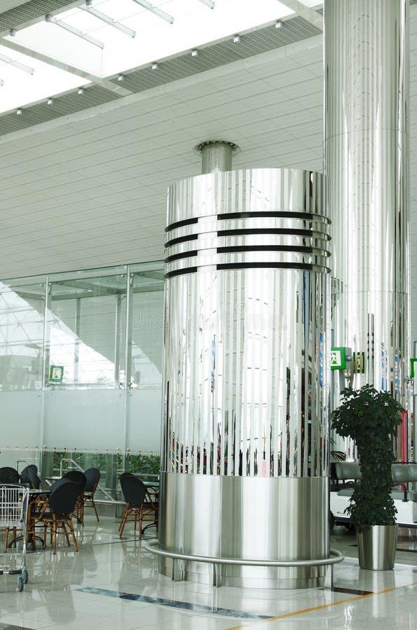Belle colonne metalliche dell'acciaio inossidabile di lustro nell'aeroporto del Dubai immagine stock libera da diritti